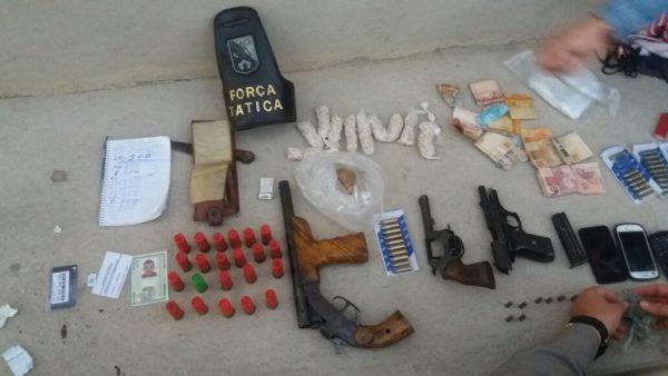 Material apreendido na operação. Cinco foram presos.