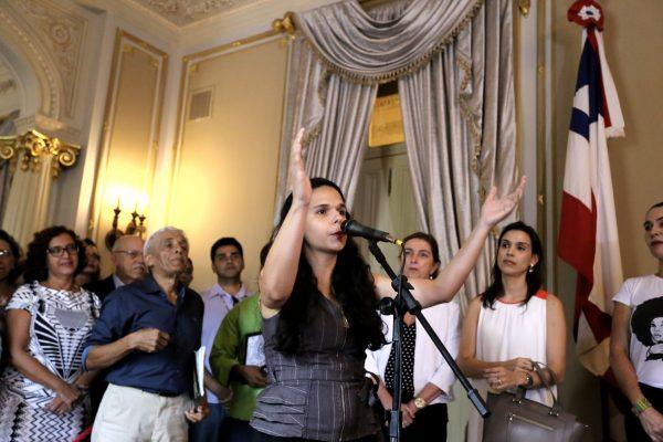 Isabely Moreira, a Belinha das Severinas, uma das defensoras do título, homenageia Dedé na solenidade. Foto: Gilberto Prazeres, especial para o blog
