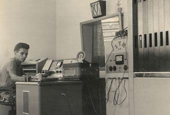 Tarcísio, em umas das fotos históricas mais conhecidas da Pajeú: primeira voz da radiodifusão sertaneja