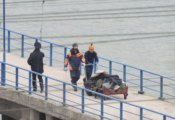 Equipe de emergência da Rússia transporta restos do avião militar russo que caiu no Mar Negro na noite deste domingo (Foto: REUTERS/Yevgeny Reutov )