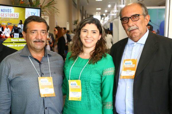 Prefeito eleito de Iguaraci Zeinha Torres, a advogada Mariana Teles e o presidente da Amupe Luciano Torres: irmãos no evento