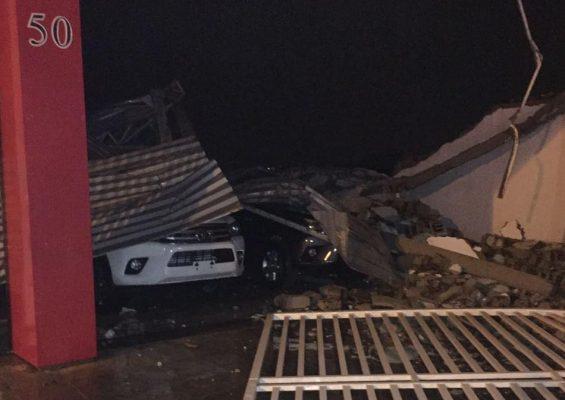 Revenda de veículos teve teto desabando pelas chuvas em Patos. Foto: Naelson Silva
